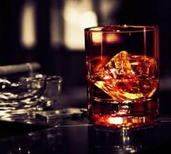 De ce le place romanilor alcoolul?