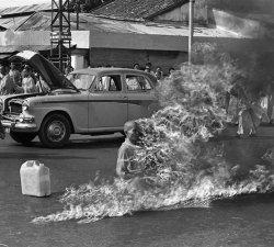 Fotografii celebre si calugarul Quang Doc in flacari